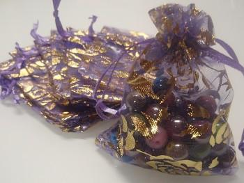 Organza pytlík 9x7cm fialový s zlatými květy