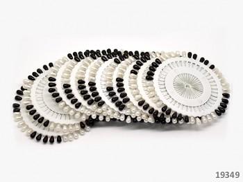 Černé a bílé špendlíky na rozetě