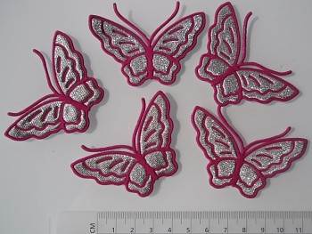 Nažehlovačka motýl PVC cyklámový